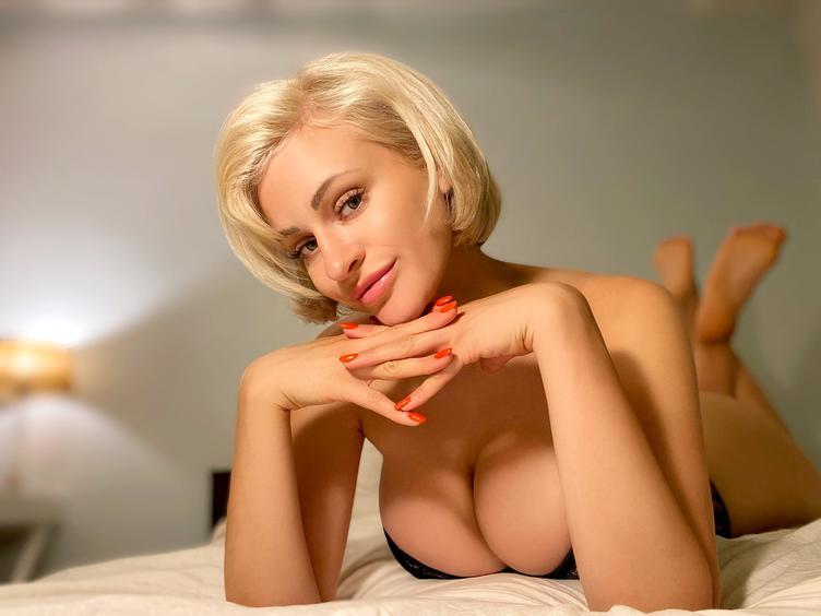 Hey ... bist du hier, um dich online mit einer netten, sexy und lustigen Frau zu treffen? Wenn ja, dann bist du hier richtig! Bei mir wird es dir nicht langweilig! Ich warte auf ein nettes Gespräch mit dir! Ich liebe es, meinen Körper in sexy Dessous zu zeigen, ich verspreche dir, du wirst nicht enttäuscht sein.  Ps. Ich spiele auch mit meinen Brüsten, sie sind groß und rund!